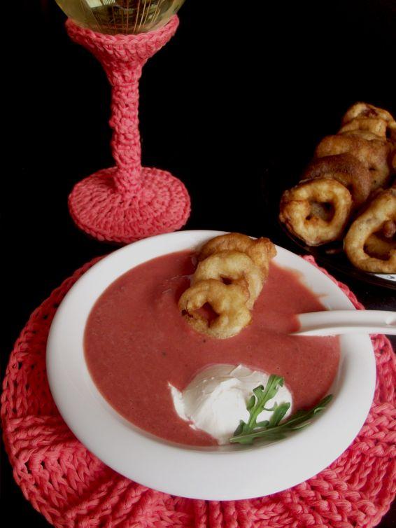 Снимка 1 от рецепта за Супа от червено цвекло с лучени кръгчета