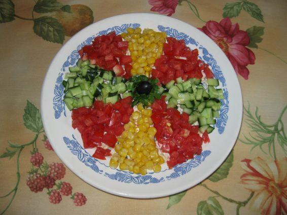 Снимка 1 от рецепта за Пъстра салата с ролца от раци