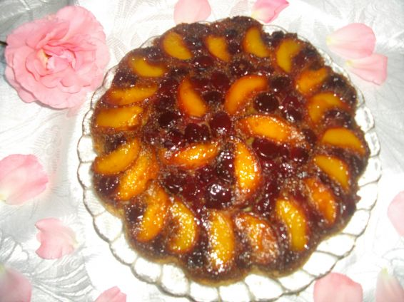 Снимка 1 от рецепта за Обърнат сладкиш с вишни и праскови