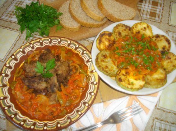 Снимка 1 от рецепта за Пържени тиквички и дробчета с доматен сос