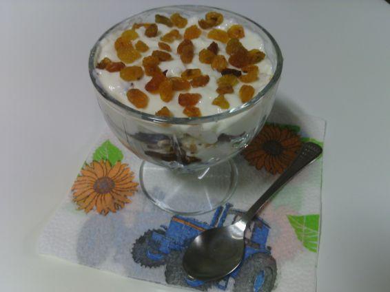 Снимка 1 от рецепта за Млечен десерт с конфитюр, бисквити, кекс и златни стафиди