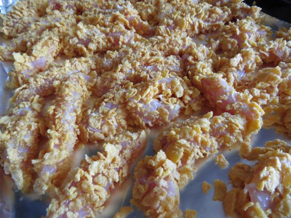 Снимка 2 от рецепта за Бързи пилешки хапки с корнфлейкс