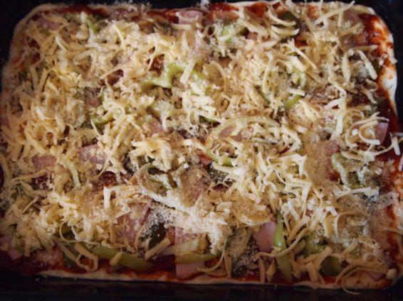 Снимка 3 от рецепта за Домашна пица с готово тесто