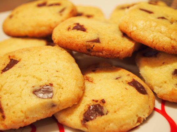 Снимка 2 от рецепта за Хрупкави бисквити с парченца шоколад