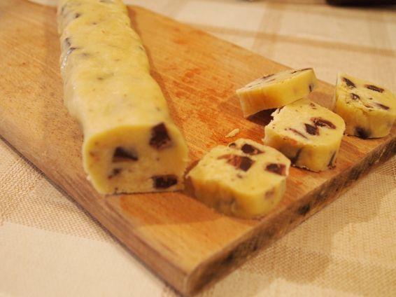 Снимка 3 от рецепта за Хрупкави бисквити с парченца шоколад