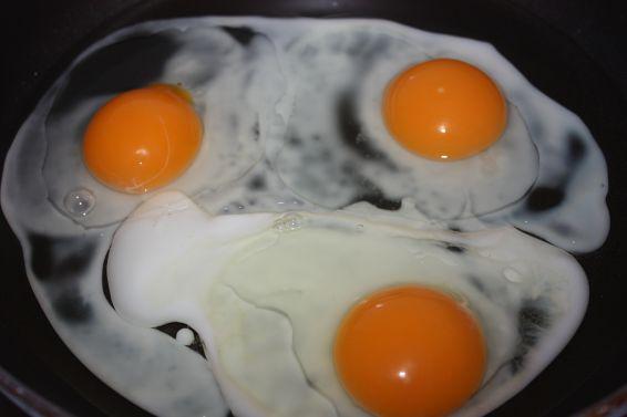 Снимка 3 от рецепта за Яйца на очи
