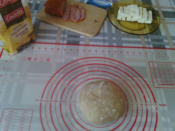 Снимка 2 от рецепта за Кифли от лимец и бяло брашно с пълнеж от шунка и сирене