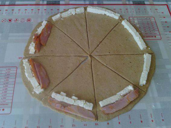 Снимка 3 от рецепта за Кифли от лимец и бяло брашно с пълнеж от шунка и сирене