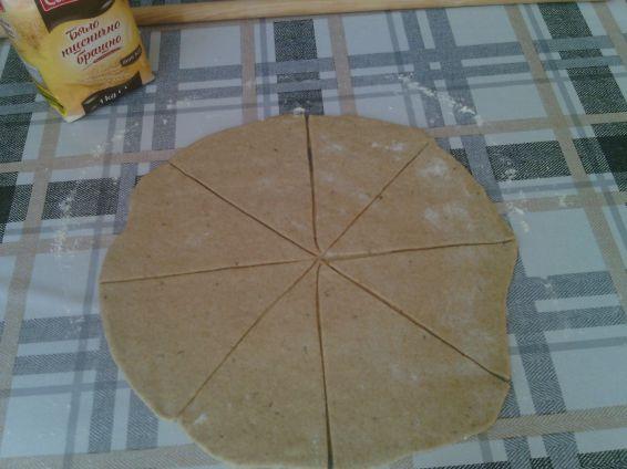 Снимка 5 от рецепта за Кифли от лимец и бяло брашно с пълнеж от шунка и сирене