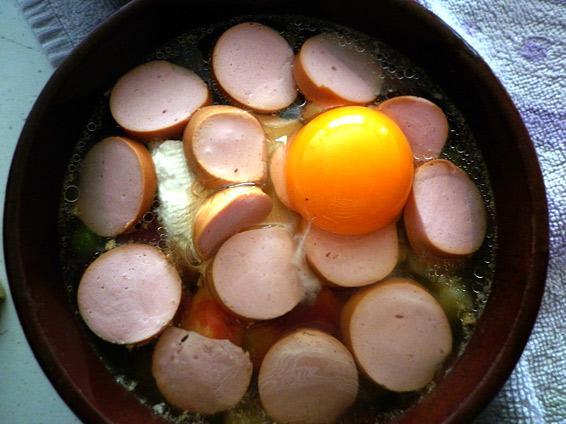 Снимка 3 от рецепта за Кренвирш със сирене в гювече