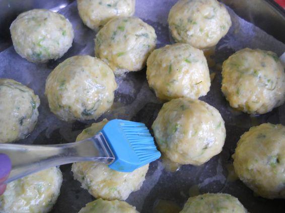 Снимка 8 от рецепта за Кълбенца от картофи, тиквички и извара