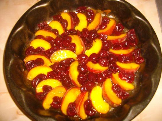 Снимка 3 от рецепта за Обърнат сладкиш с вишни и праскови
