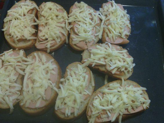 Снимка 2 от рецепта за Печени сандвичи с наденица и кашкавал