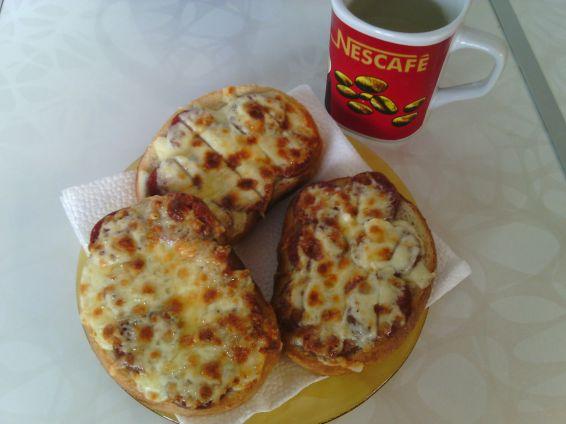 Снимка 3 от рецепта за Печени сандвичи с наденица и кашкавал