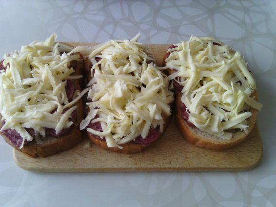 Снимка 4 от рецепта за Печени сандвичи с наденица и кашкавал