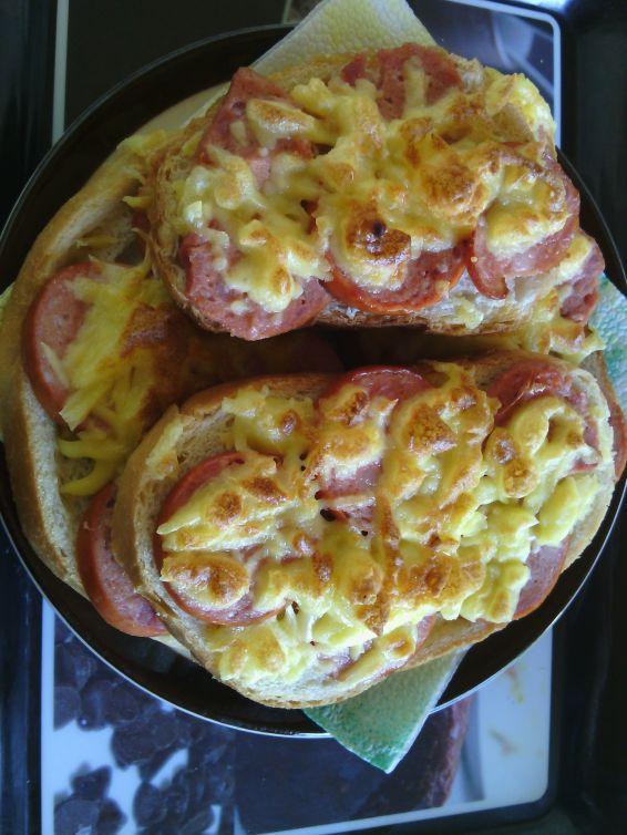 Снимка 9 от рецепта за Печени сандвичи с наденица и кашкавал