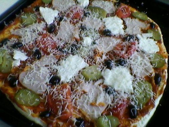 Снимка 3 от рецепта за Пица с шунка, сирене и кашкавал - вaриант 2
