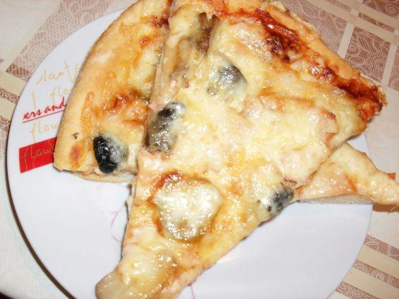 Снимка 8 от рецепта за Пица с шунка, сирене и кашкавал - вaриант 2