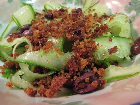 Снимка 1 от рецепта за Салата от краставици и маслини с ароматни трохи