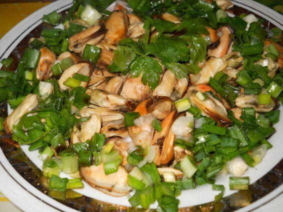 Снимка 2 от рецепта за Салата от миди със зелен лук и магданоз