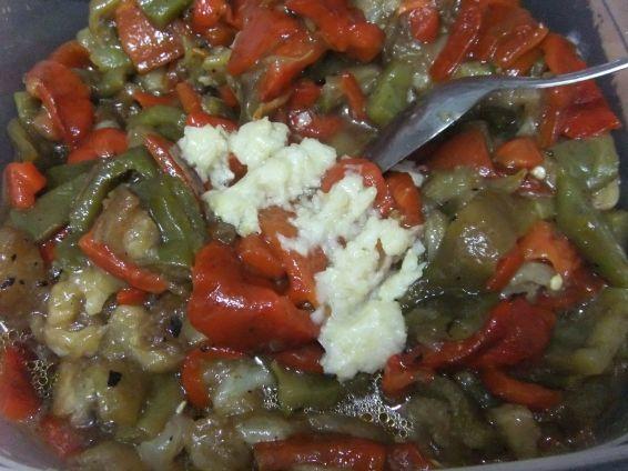Снимка 3 от рецепта за Салата от печен пипер и патладжан