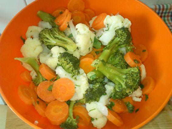 Снимка 2 от рецепта за Салата с броколи, карфиол и моркови