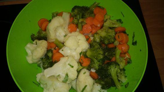 Снимка 3 от рецепта за Салата с броколи, карфиол и моркови