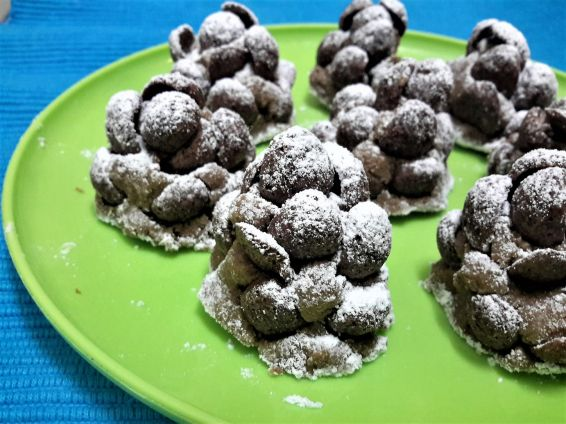 Снимка 1 от рецепта за Сладки елхички от бисквити и шоколадови мидички