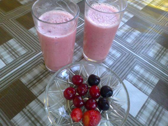 Снимка 2 от рецепта за Смути с вишни, череши и ягоди