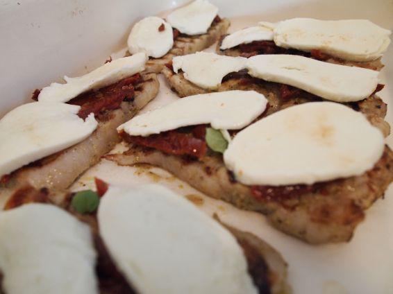 Снимка 3 от рецепта за Свински филенца с моцарела и сушени домати