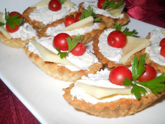 Снимка 2 от рецепта за Тарталетки с крема сирене и сметана