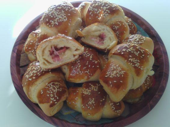 Снимка 4 от рецепта за Вкусни кифли с роле и сусам